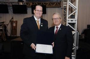 Rodrigo Rhenius de Oliveira recebendo diploma do presidente Tadeu Oneda - Foto: Divulgação