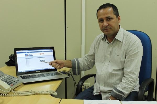 Secretário de Receita e Vice-prefeito de Palhoça, Nilson Espíndola, apresentando o sistema inovador em prefeituras da Grande Florianópolis.