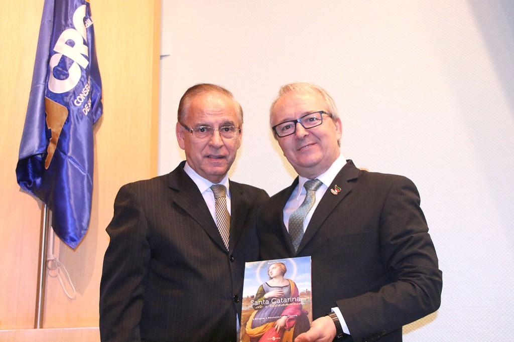 Jornalista Moacir Pereira entregando um exemplar do seu mais novo livro para o presidente Tadeu Oneda - Foto: Márcia Quartiero