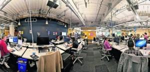 No escritório do Facebook, funcionários trabalham juntos - Foto: Divulgação