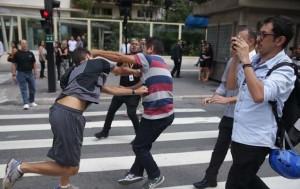 Manifestantes brigam na avenida Paulista (SP) contra o governo Dilma e a nomeação de Lula para o cargo de ministro - Foto: Danilo Verpa/Folhapress