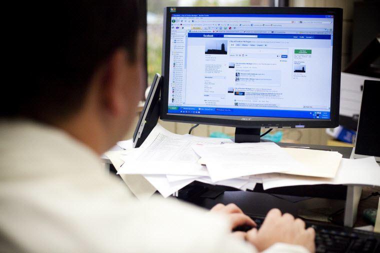 Pessoas ouvidas em um estudo da Universidade do Estado do Kansas admitiram que navegam pela internet em 60% a 80% do tempo que permanecem on-line no trabalho - Foto: Divulgação
