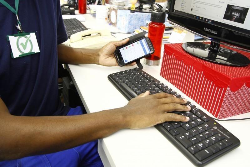 Uso de celulares e redes sociais é permitido por muitas companhias, desde que haja parcimônia por parte do funcionário - Foto: Divulgação