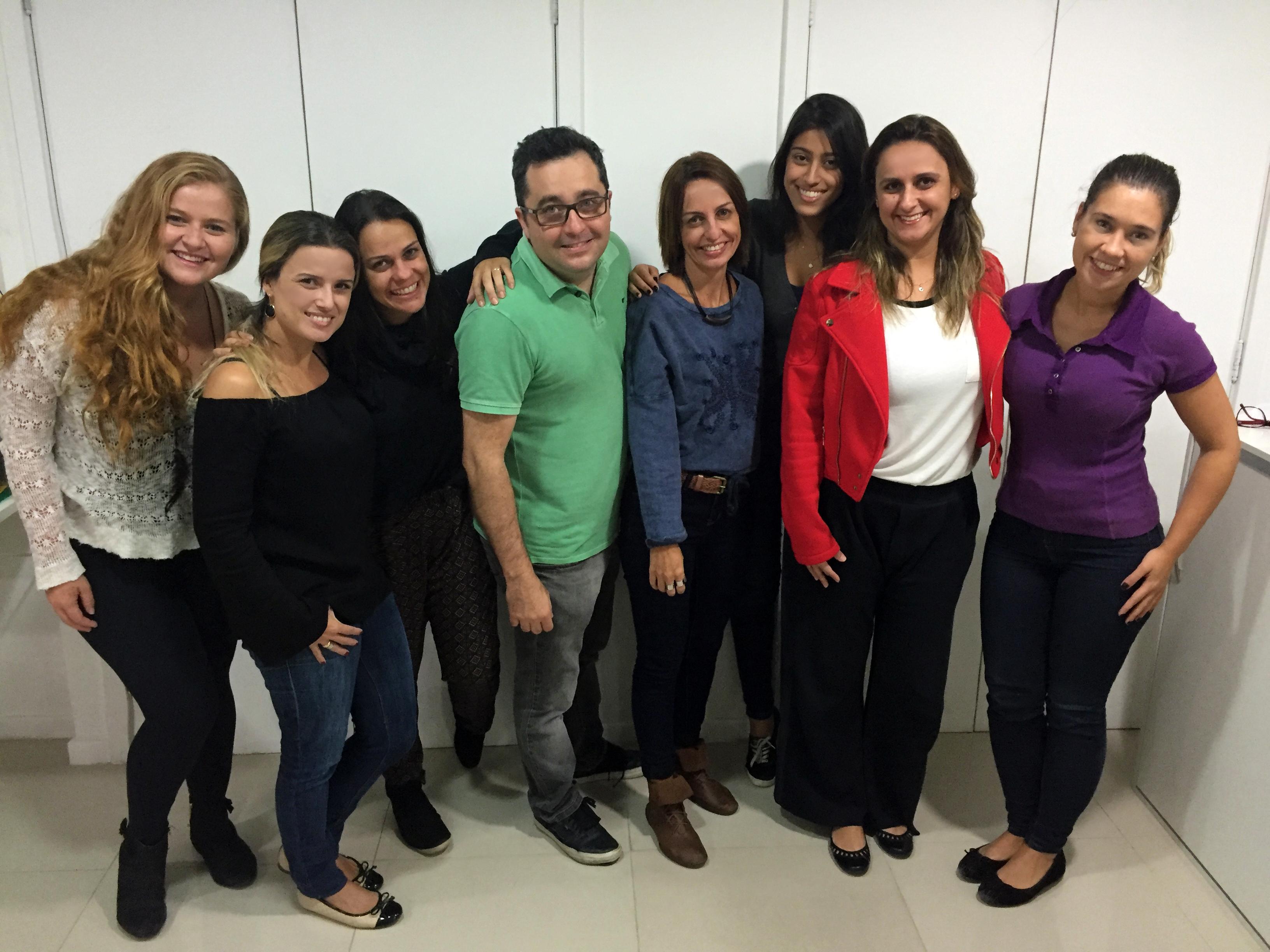 Celso Fortes, fundador da agência Novos Elementos, com a equipe feminina da empresa. Foto: Divulgação / Novos Elementos