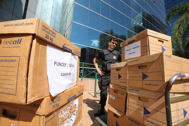 Agentes da PF retiram malotes e computadores da sede do Funcef, em Brasília