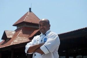 O premiado chef Eli comanda a cozinha local - foto oaj.
