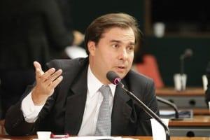 presidente da Câmara dos Deputados, Rodrigo Maia (DEM-RJ), apoia o projeto.