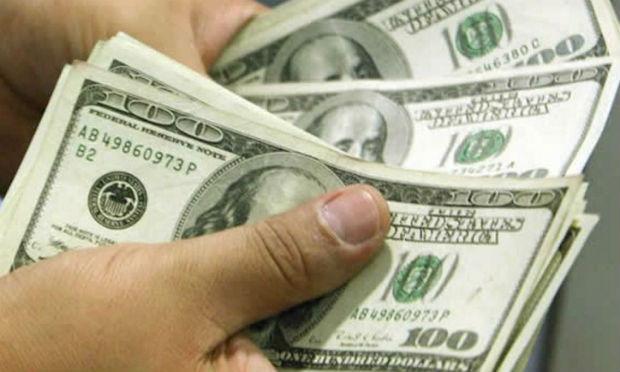 Dólar passa de R$ 3,40 e fecha no maior valor em 16 meses; bolsa tem queda