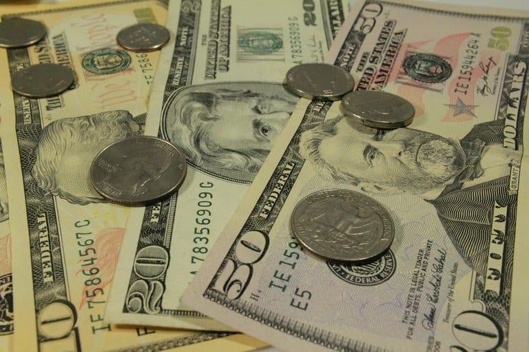 Dólar encosta em R$ 3,37 e volta a fechar no maior valor em 11 meses