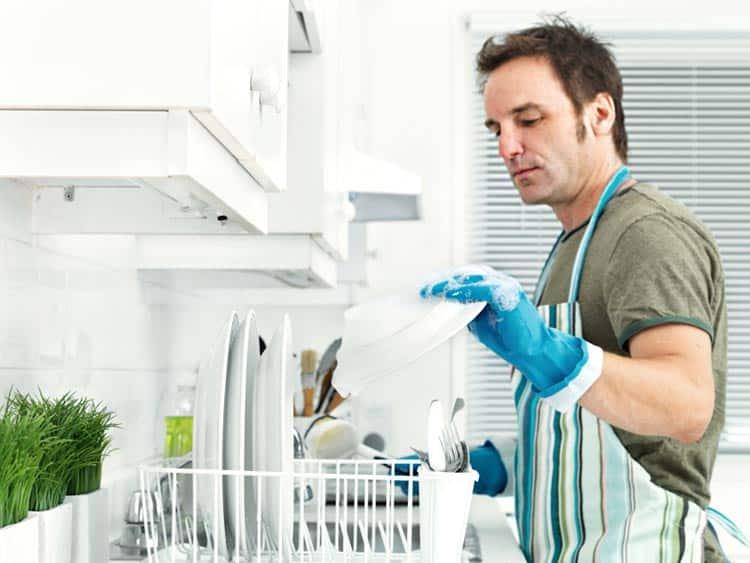 Sobe percentual de homens que fazem tarefas domésticas, diz IBGE