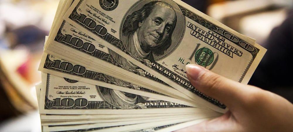 Dólar volta a ultrapassar R$ 3,42 e fecha no maior valor em 16 meses